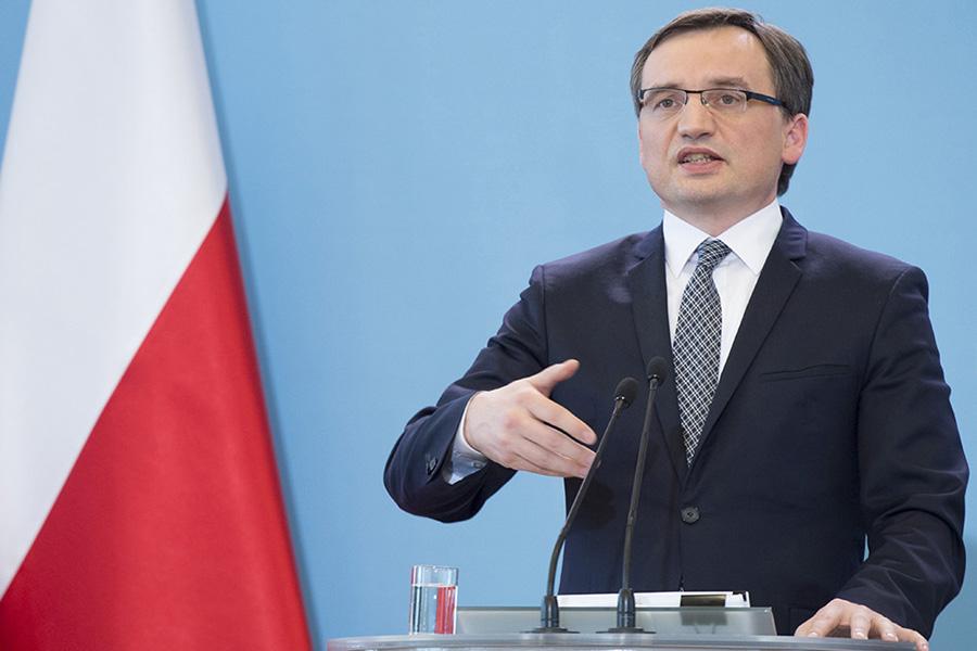 PiS otwiera drogę do Polexitu. Prof. Marek Chmaj: Wyrok dublerów TK nie będzie ważny