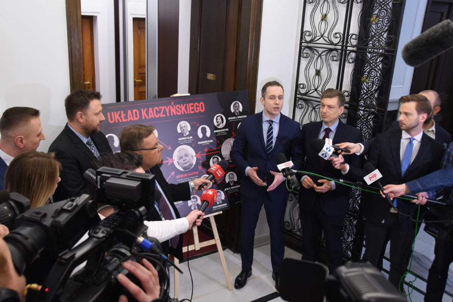 """Tablica z""""Układem Kaczyńskiego"""" wróciła. """"Prawdy nieda się zaaresztować"""""""